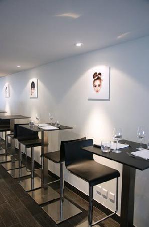 Wine & Beef Levrier: Les tables du bar