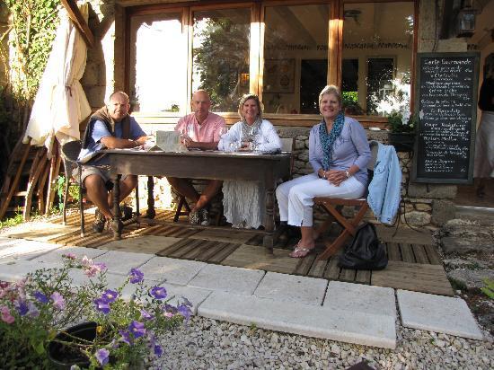 L'Assiette Gourmande: Table on the terrace