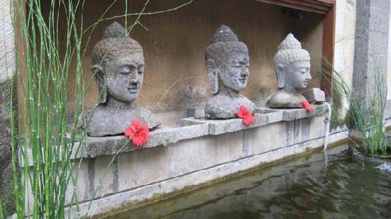 Tunjung Mas Resort Ubud: buddha busts outside the reception