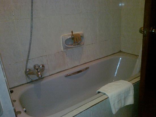 Reiz Continental Hotel: Bath