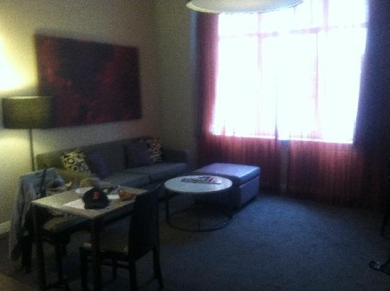 Adina Apartment Hotel Berlin Checkpoint Charlie: Livingroom area
