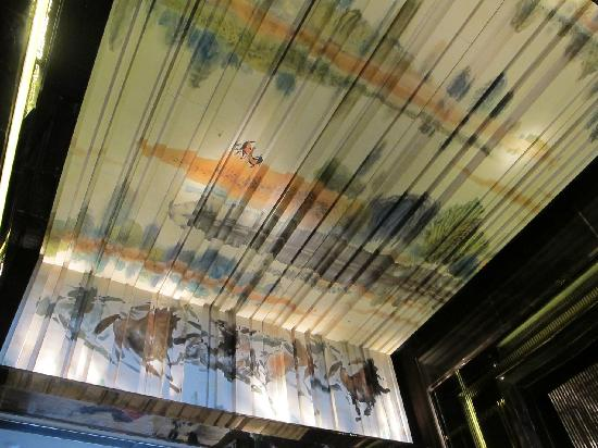 The Ritz-Carlton, Hong Kong: Beautiful Chinese Painting For Ceiling