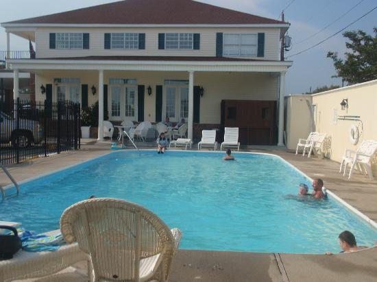 Edgewater Inn : at the pool
