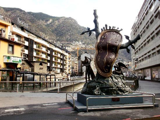 Andorra la Vella, Andorra: Con un reloj de Dalí
