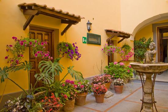 Hotel La Badia : Hotel inner courtyard