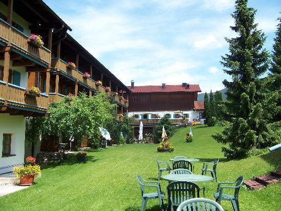 Alpenhotel Bayerischer Hof: Innenhof - Liegewiese