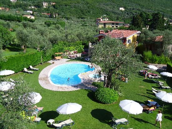 Hotel Benacus Malcesine: The pool and garden area