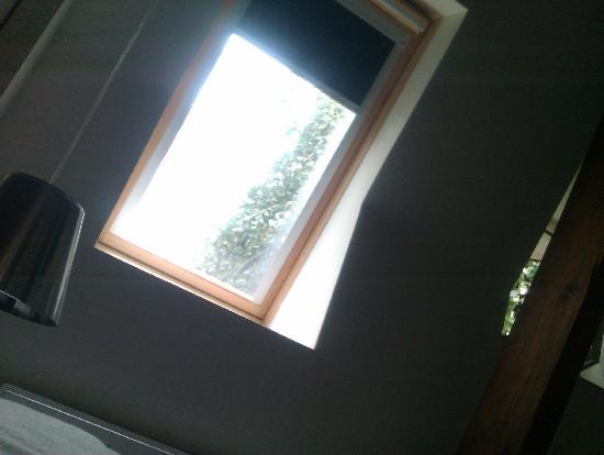 De Villa: Er komt niet zo veel licht naar binnen in de kamer.