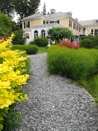 Lilac Inn: Beauiful grounds