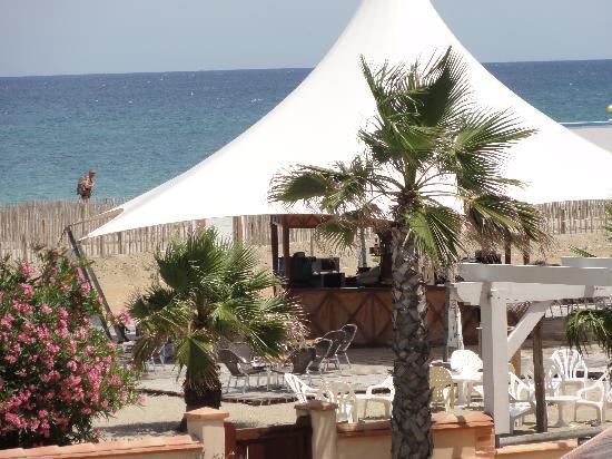 La Lagune Beach Resort and Spa: La plage privée et son bar