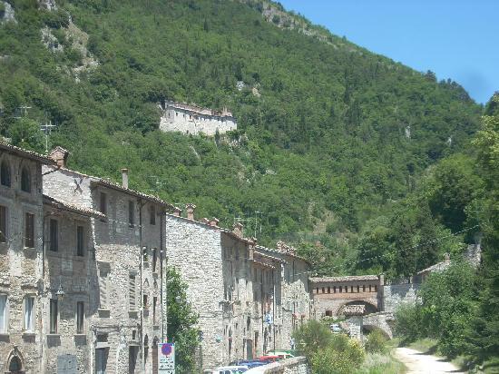 Gubbio, Italy: uno scorcio dal ponte che divide il quartiere si S.Martino dal quartiere di S.Giuliano