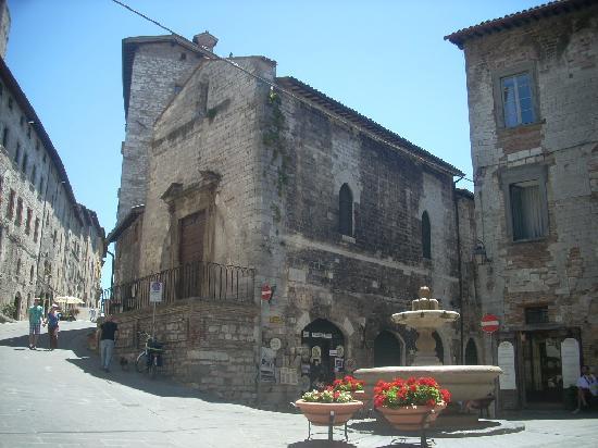 la chiesa di S.Giuliano, allangolo tra via dei Consoli e via Felicchi