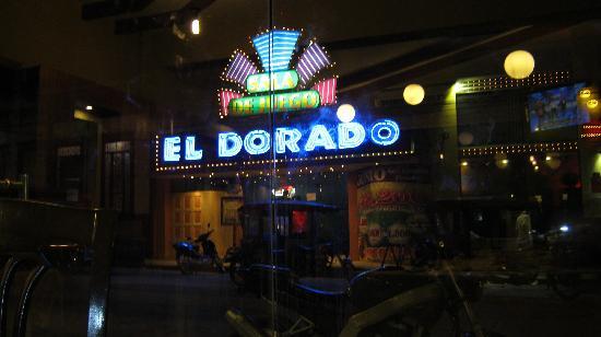 El Dorado Isabel Hotel & Suites: Vista del tragamonedas frente al restaurante