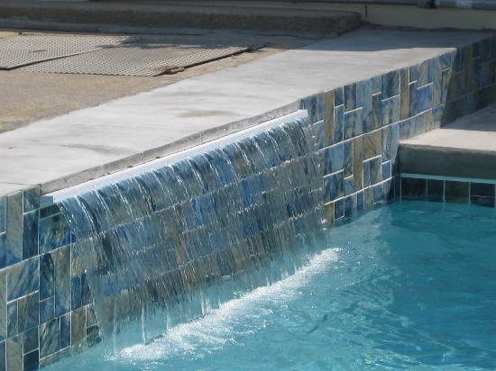 Lampliter Oceanside Resorts : waterfall in the pool
