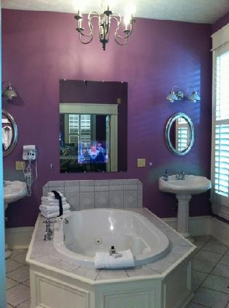 Market Street Inn: jacuzzi tub/ tv in mirror