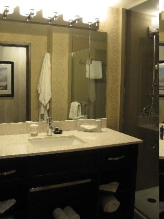 Crowne Plaza Costa Mesa Orange County: remodeled bathroom