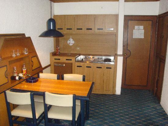Suites Real 85: Entrada y cocina