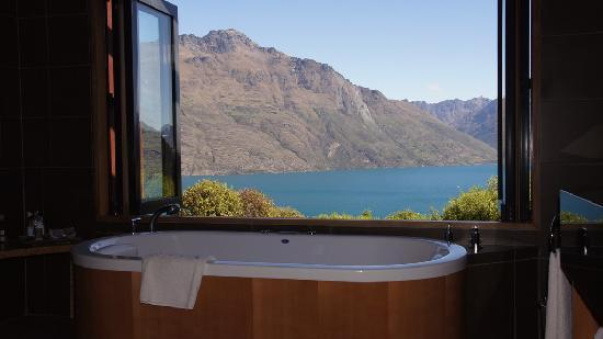 Azur: bathroom with view and jacuzzy