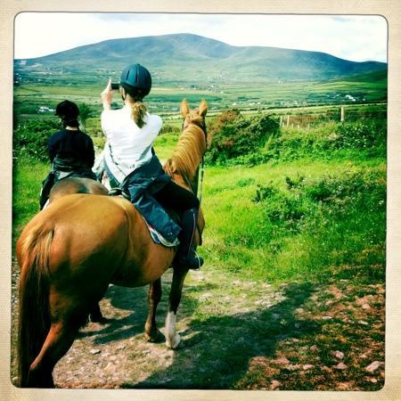 Dingle Horse Riding : A brief pause to capture the beauty of the landscape