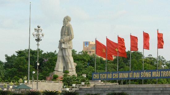 Vinh, Vietnam: Ho Chi Minh statue - Ho Chi Minh Square
