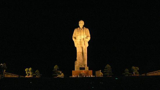 Vinh, Vietnam: Ho Chi Minh statue at night - Ho Chi Minh Square