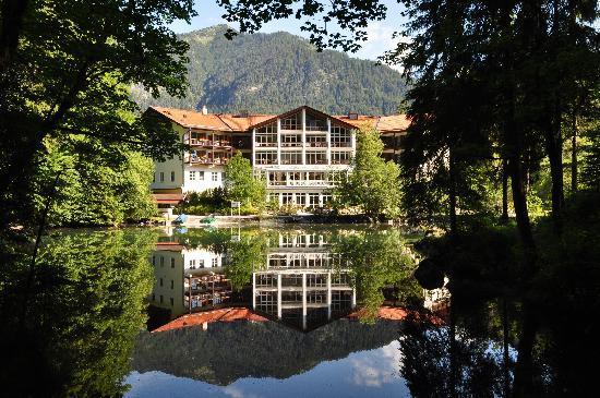 Hotel am Badersee: Bick über den Badersee auf das Hotel