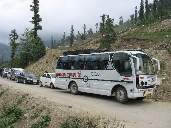 Manali, Indien: HPTDC Bus stuck in a Jam