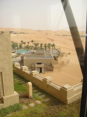 Qasr Al Sarab Desert Resort by Anantara: View of the resort from the library