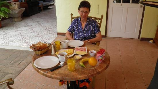 Arubiana Inn: Having breakfast