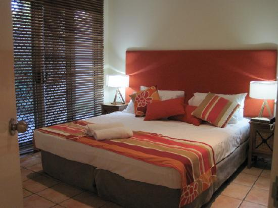 Cayman Villas: main bedroom