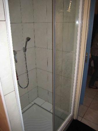 Hotel Triton: une douche avec une moitié de porte