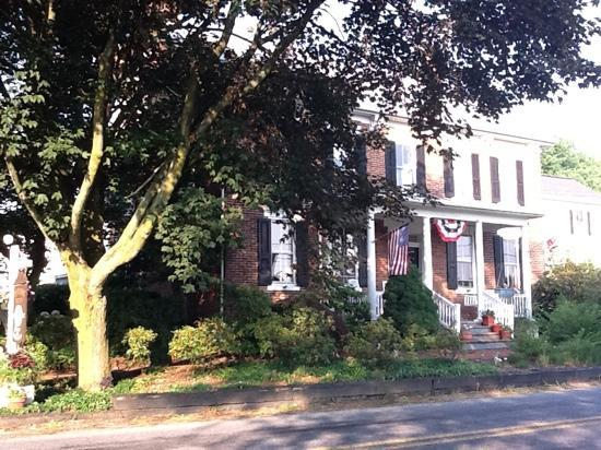 Pheasant Field Bed & Breakfast : View from across the street