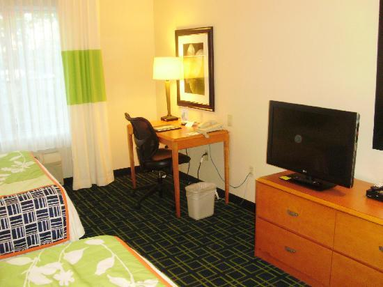 Fairfield Inn & Suites Hazleton: TV and desk