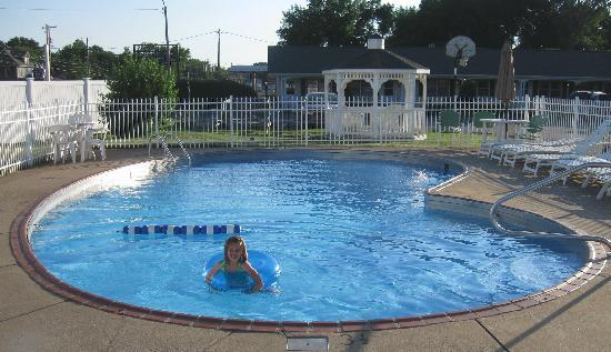 Glass House Inn: Pool