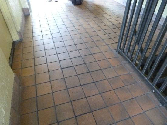 Best Economy Inn: couloir pour aller aux chambres..