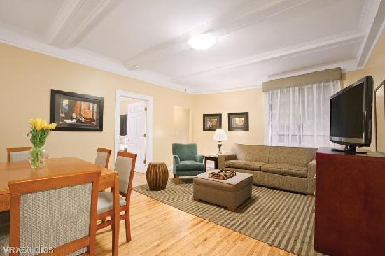 BEST WESTERN PLUS Hospitality House: Living Room in all Apartment Suites