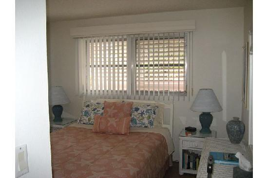 West-End Paradise: bedroom with queen mattress