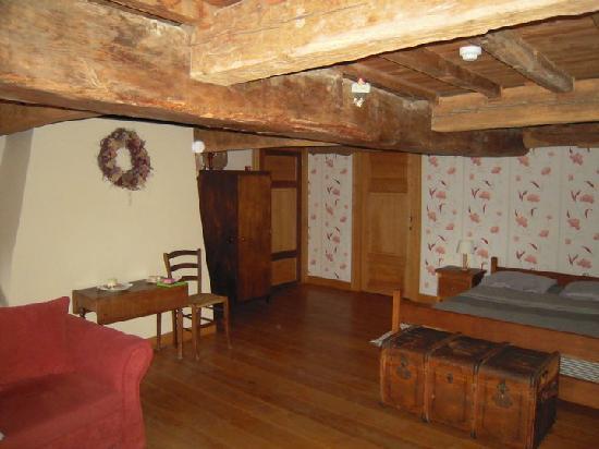 Chateau de Fisenne : Vue côté lit et salle de bain