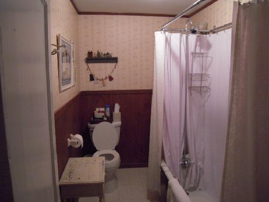 Jacob Rohrbach Inn: Clara Barton Bathroom