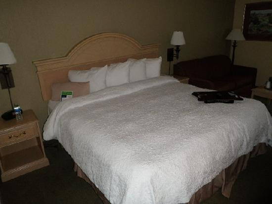Country Inn & Suites by Radisson, Grand Prairie-DFW-Arlington, TX: Bed