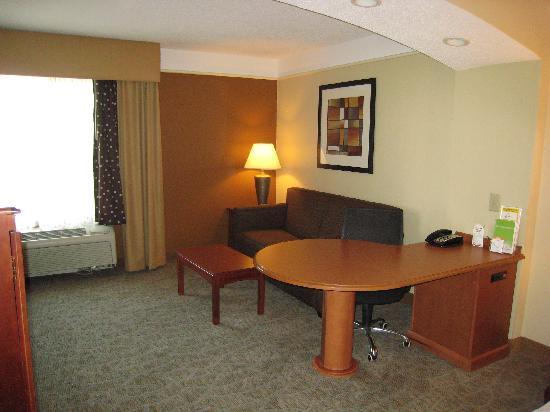 La Quinta Inn & Suites Cincinnati Airport Florence: La Quinta Florence room - living and work area