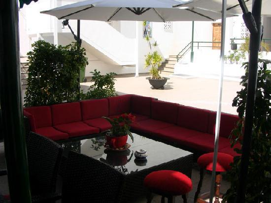 Casa Tres: Laze and read the menu with a cold drink