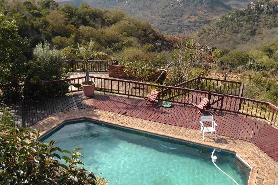 Acra Retreat - Mountain View Lodge - Waterval Boven: Veiw over the pool.