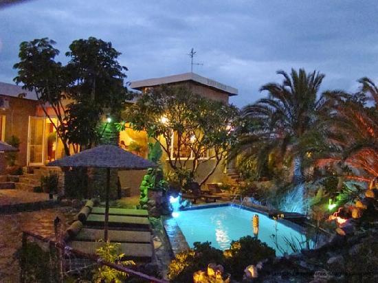 Guesthouse Terra Africa: garden at night