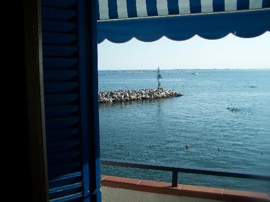 Duino, Italia: Blick vom Zimmer auf den Balkon aufs Meer. ;)