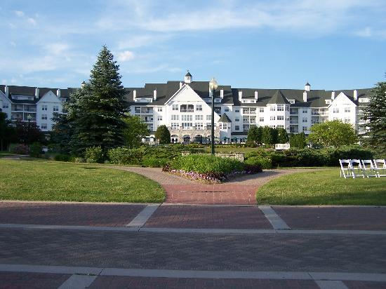 The Osthoff Resort: Front grounds