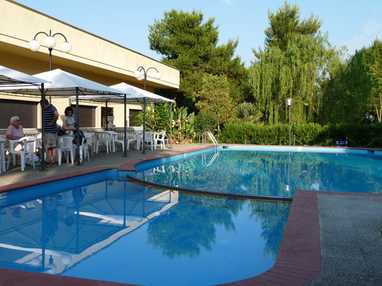 Felline, Italie : Pool and hotel