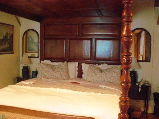 Historic Jacob Hill Inn: Our bed in the Plymouth room