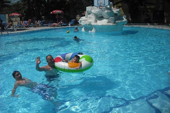 Tropicana Garden Hotel: Fun at the pool.