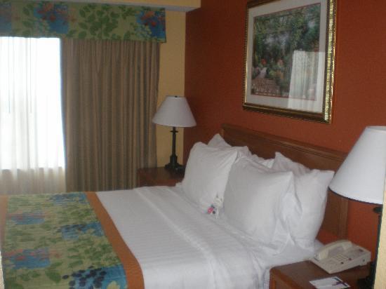 Residence Inn Monroe: Bedroom with flat screen TV